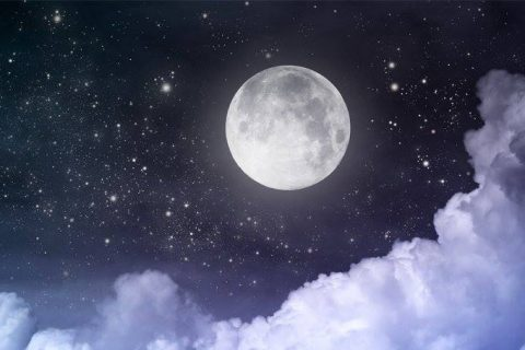 Туристи гледат Луната от Царевец с телескопи в нощта преди Деня на детето